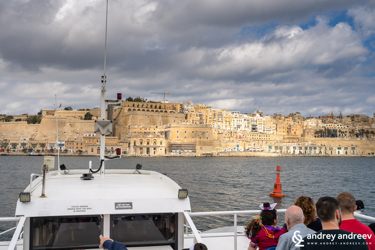The ferry arriving at noon in Valletta