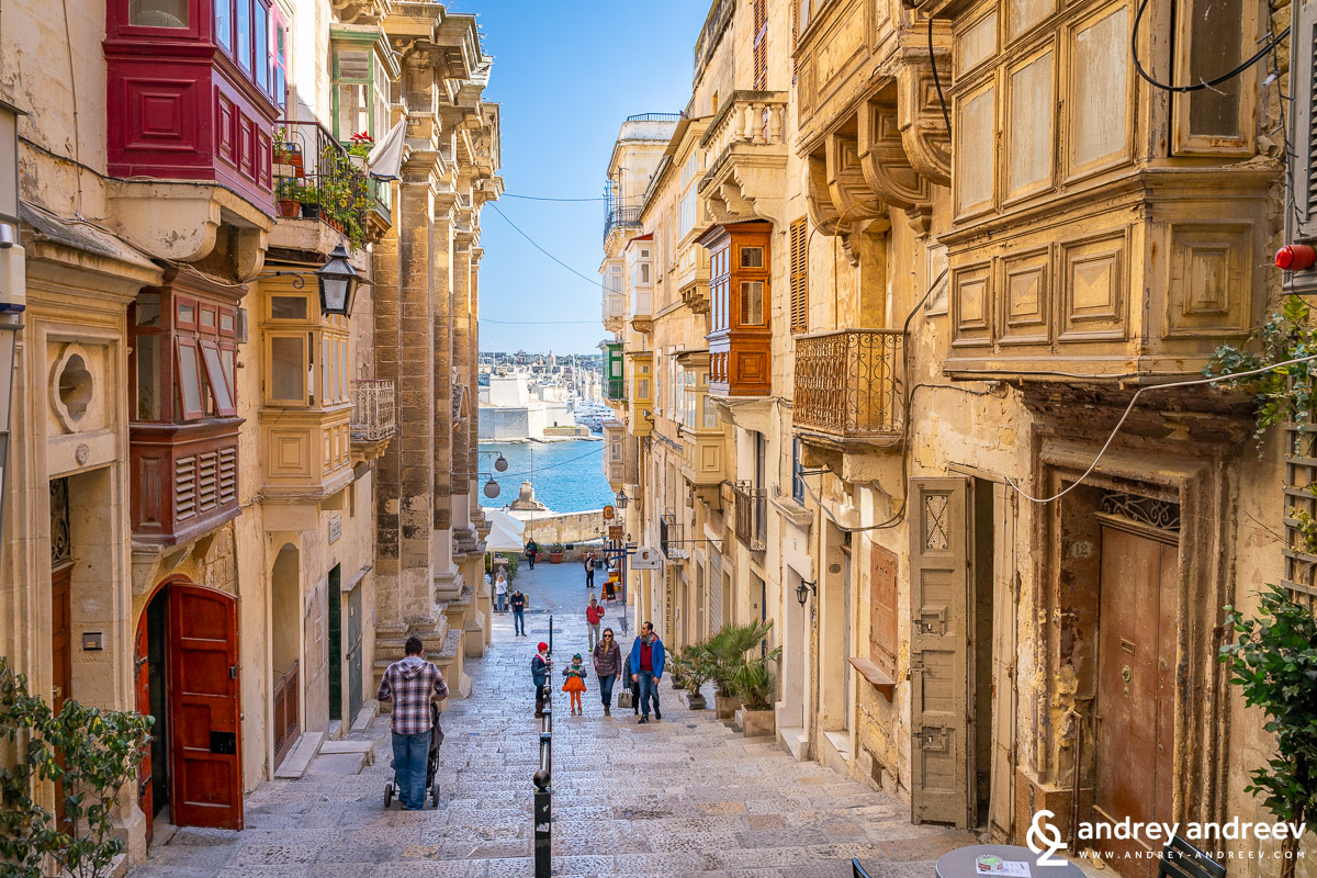 The straight streets of Valletta, Malta