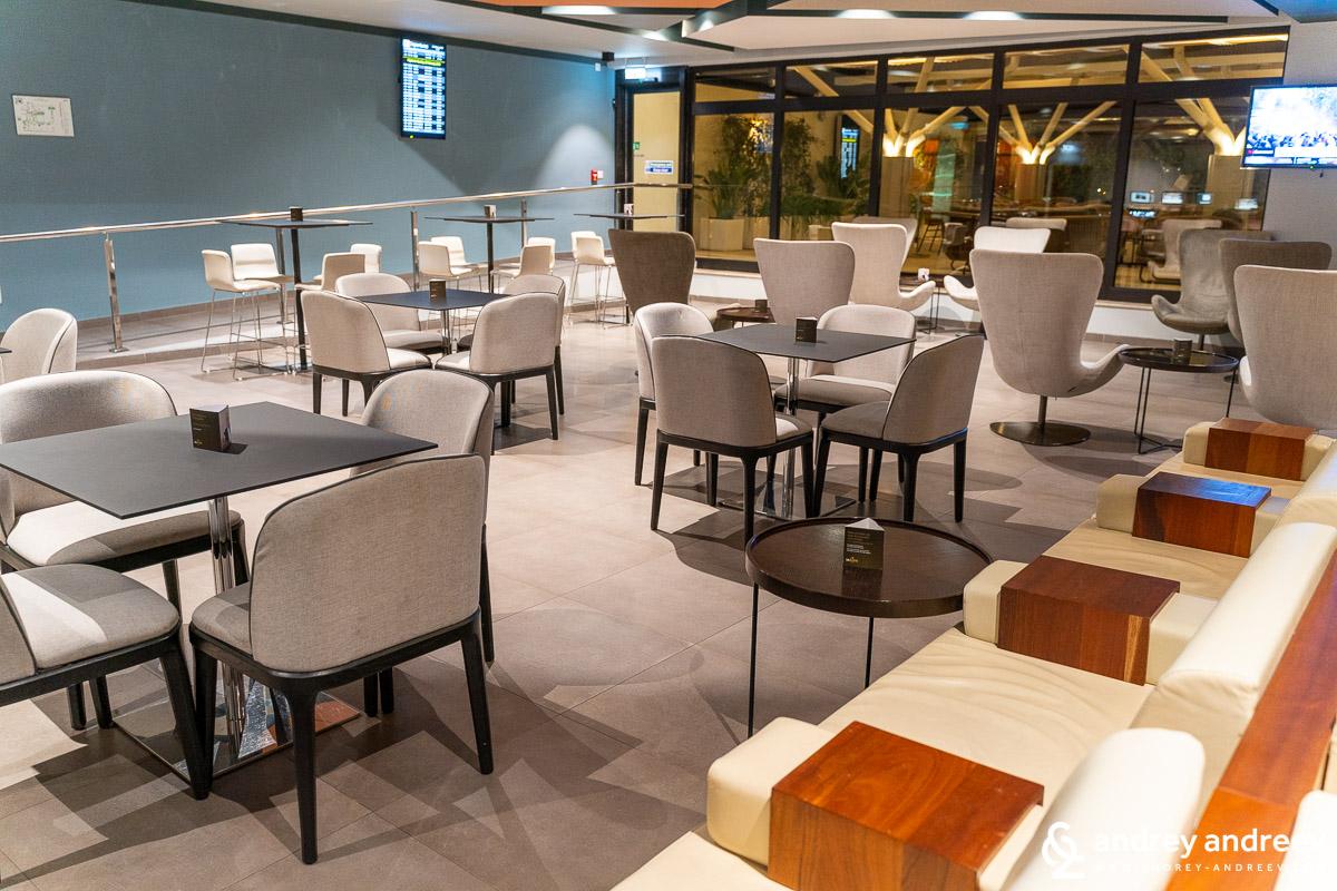 La Valette Club. Airport lounge in Malta
