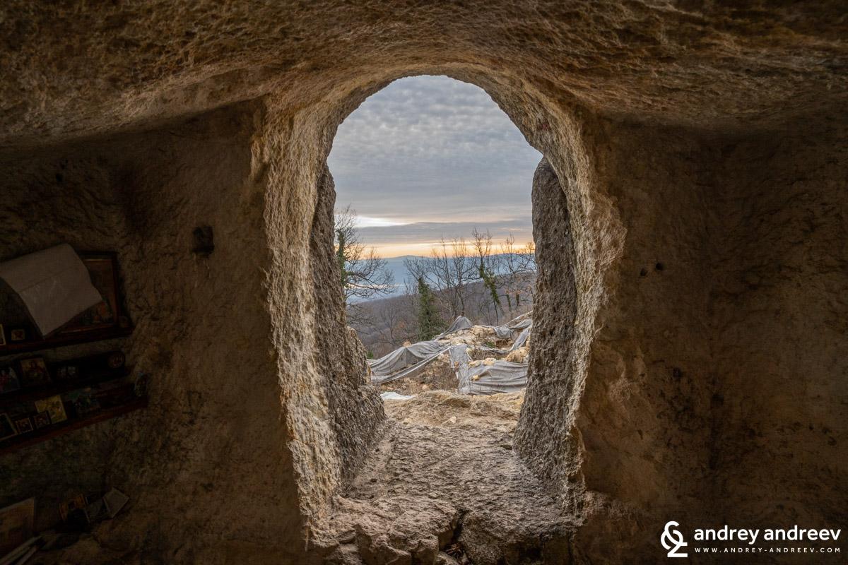 Гледка от входа на параклисчето