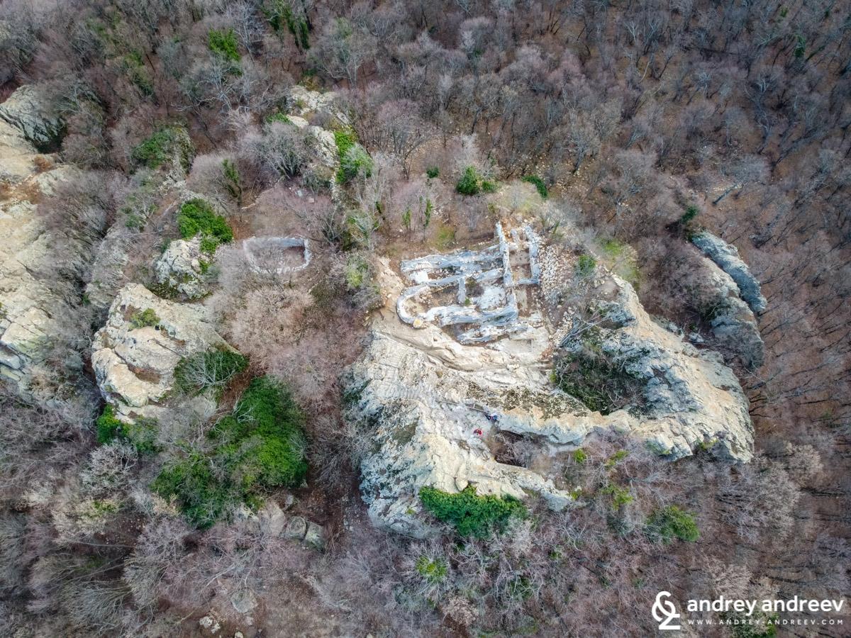 """""""Глухите камъни"""" и останките на две църкви гледани от въздуха"""