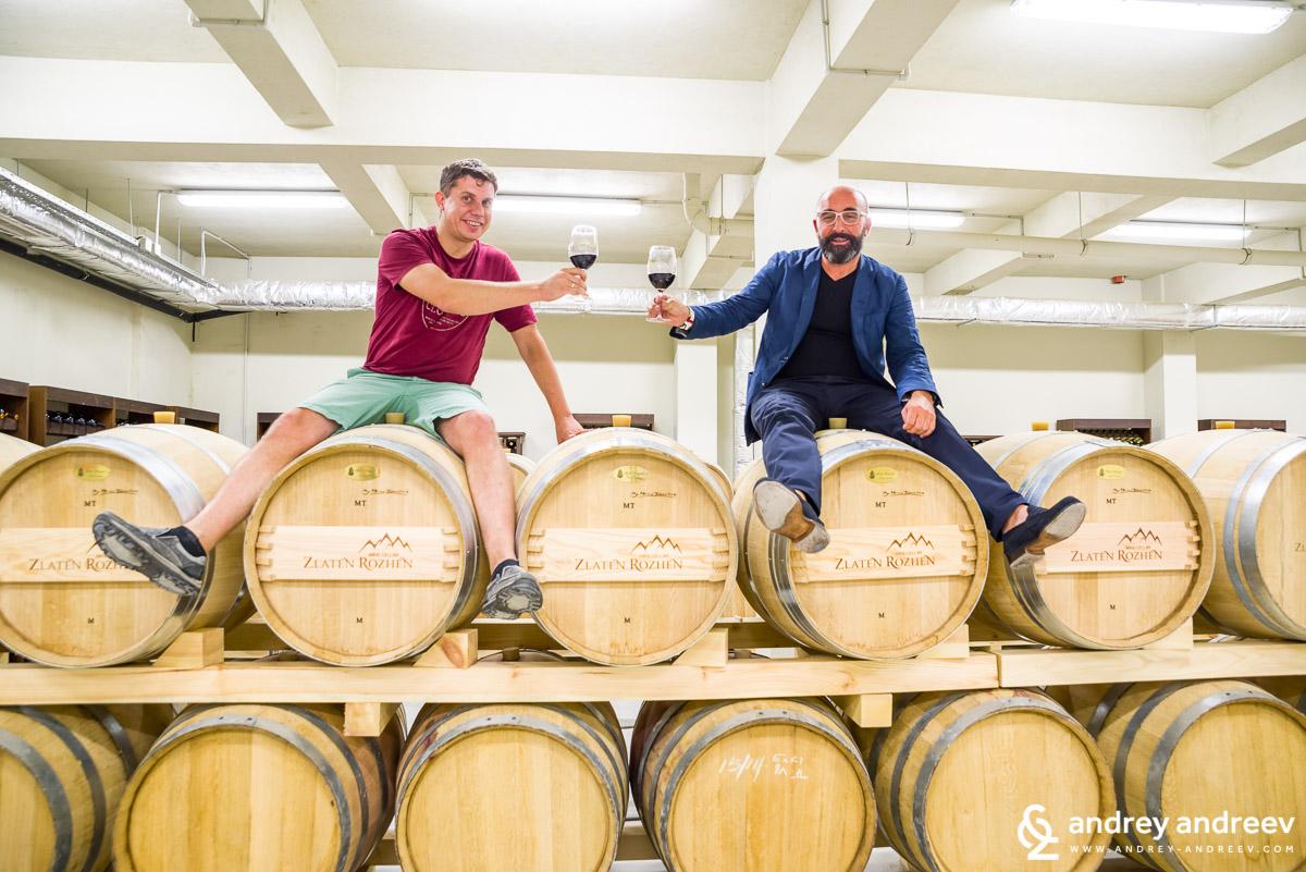 Енологът на винарска изба Златен Рожен Федерико Ричи и аз на любимото място за снимки на Федерико