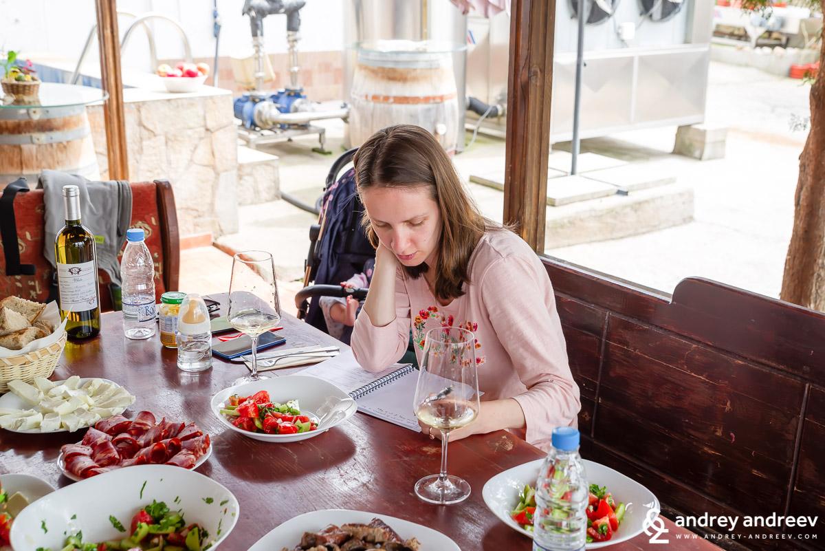 Мимето по време на дегустация на вино си води бележки във Винарска изба Шато Коларово