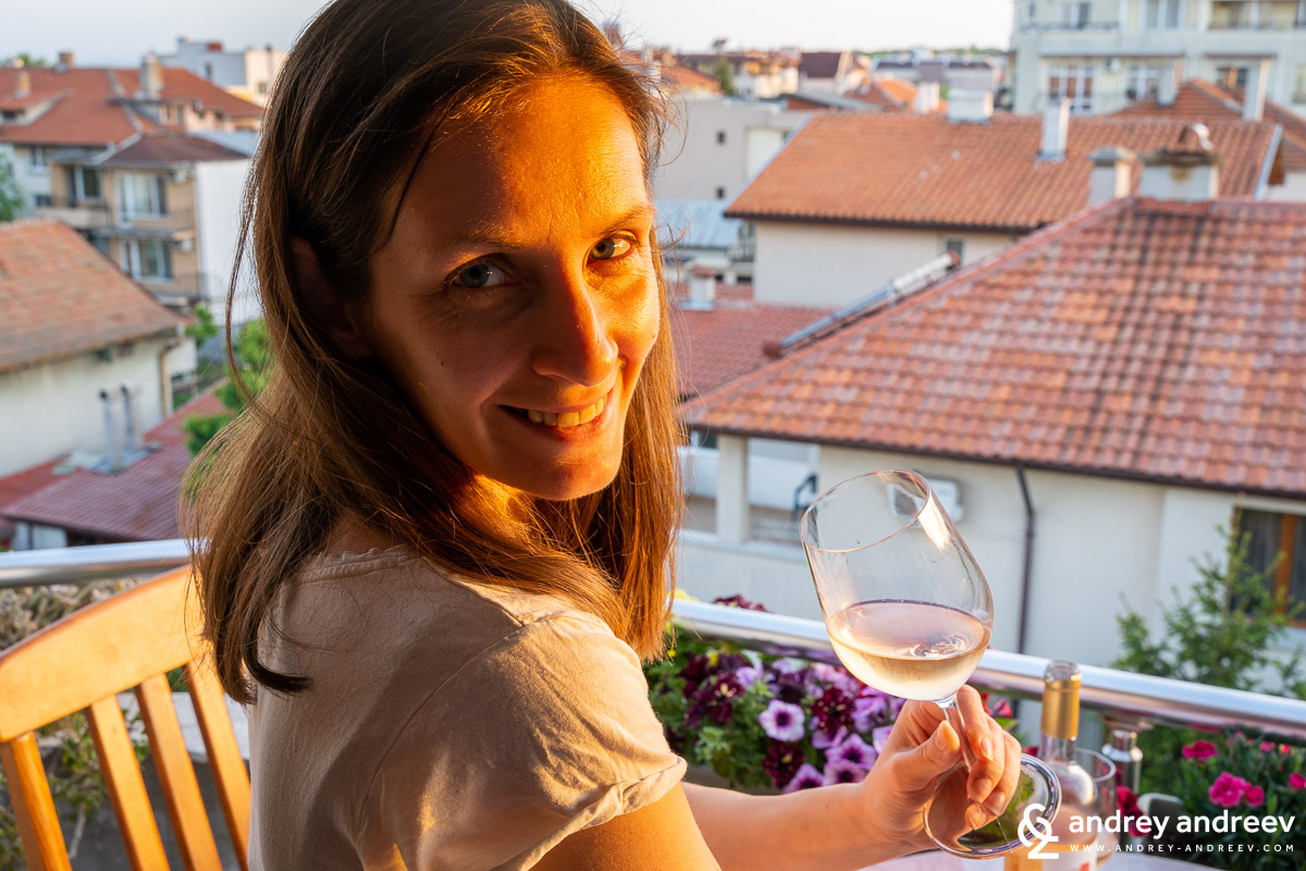 Мими дегустира вино, но повече държи чашата за снимка