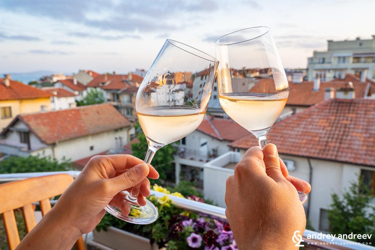 Обичаме да споделяме хубавите моменти с хубаво вино