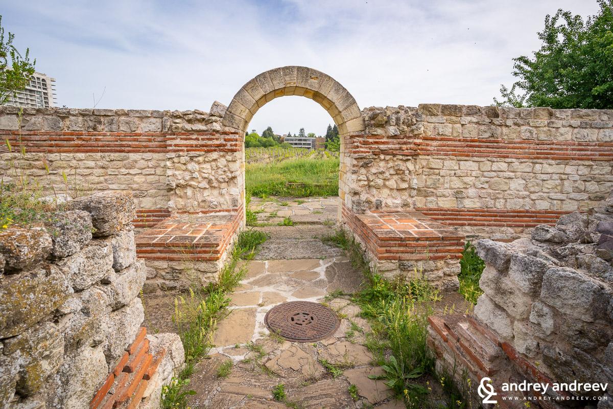 Входът към тракийския култов обект