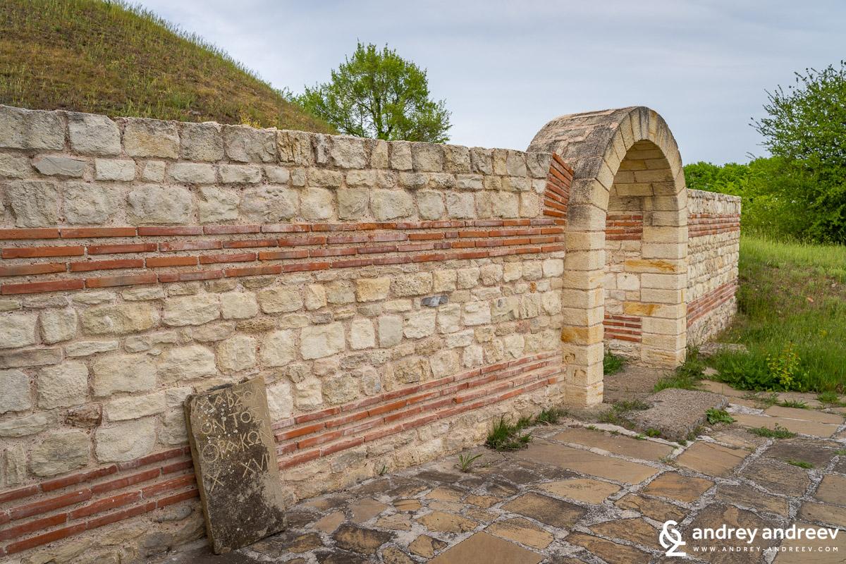 Възстановения преди няколко години вход на гробницата