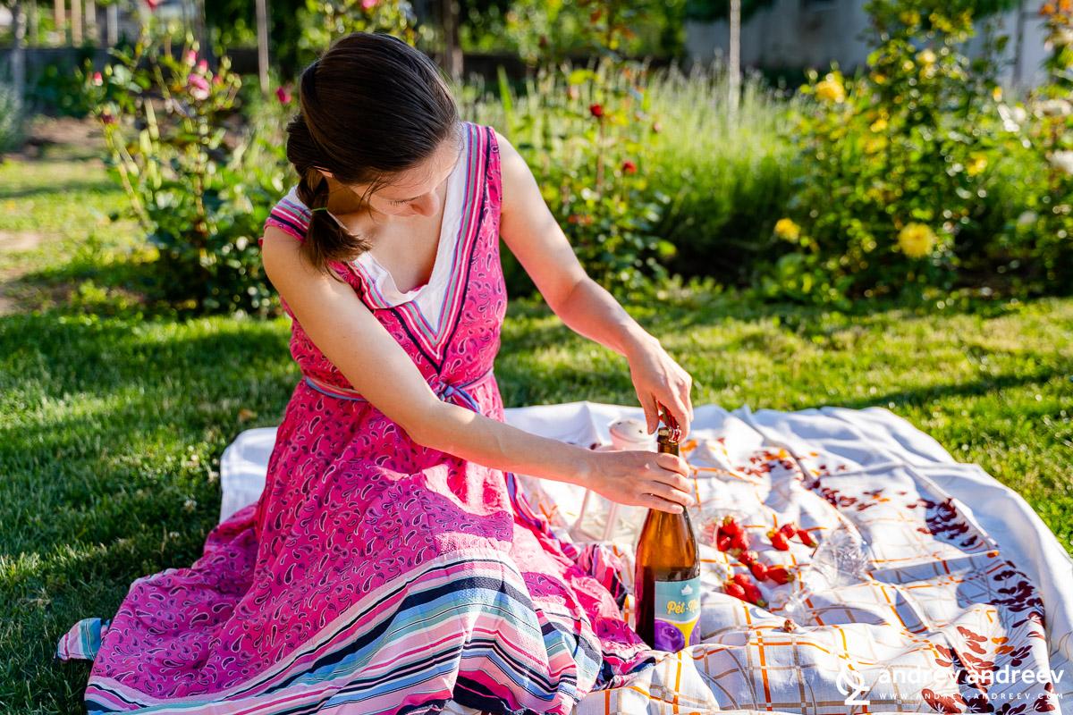 Мими отваря Pet-Nat Ризлинг от винарна Царев Брод