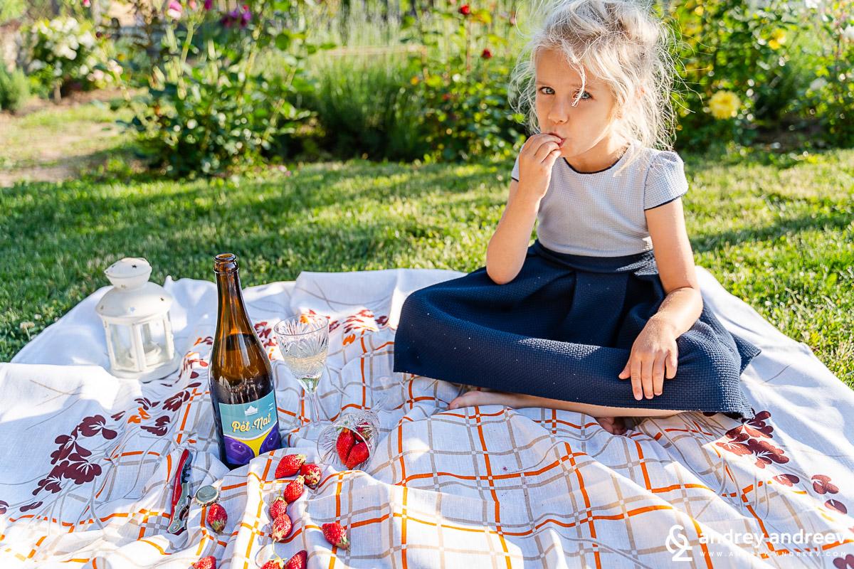 Анна дегустира ягоди, докато ние си отваряме и снимаме бутилката Pet-Nat от Царев Брод