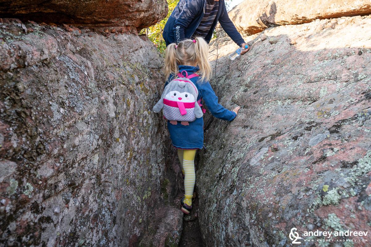 Ани се провира между скалите