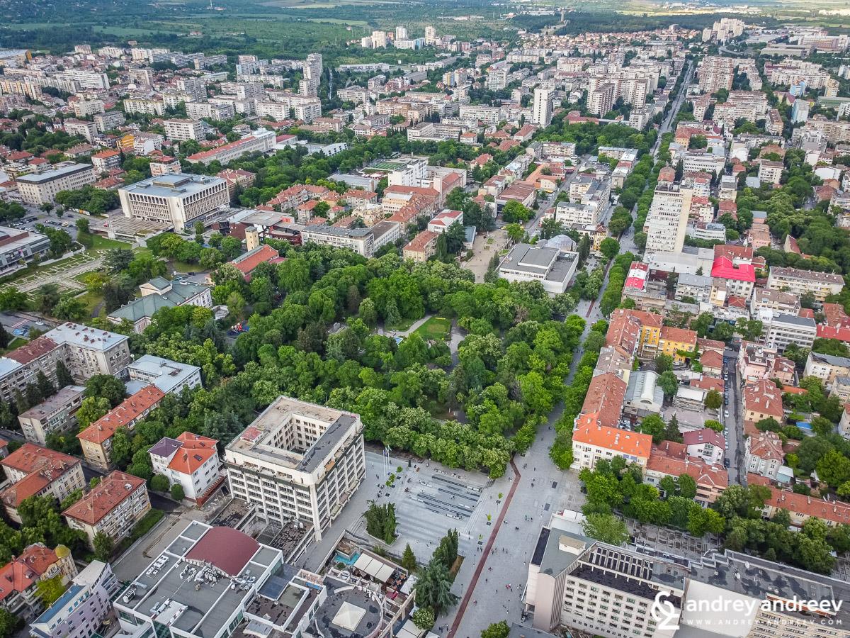 """Общината в Стара Загора, парк """"5-ти октомври"""" и главната улица"""