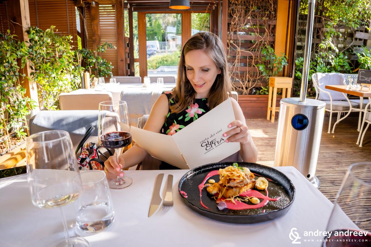 И Мими, която много държеше да види винения лист, макар във вечерята ни вече виното да бе избрано. В CineCitta имат наистина итересна селекция от италиански и малко френски вина, голяма част си ги внасят те самите