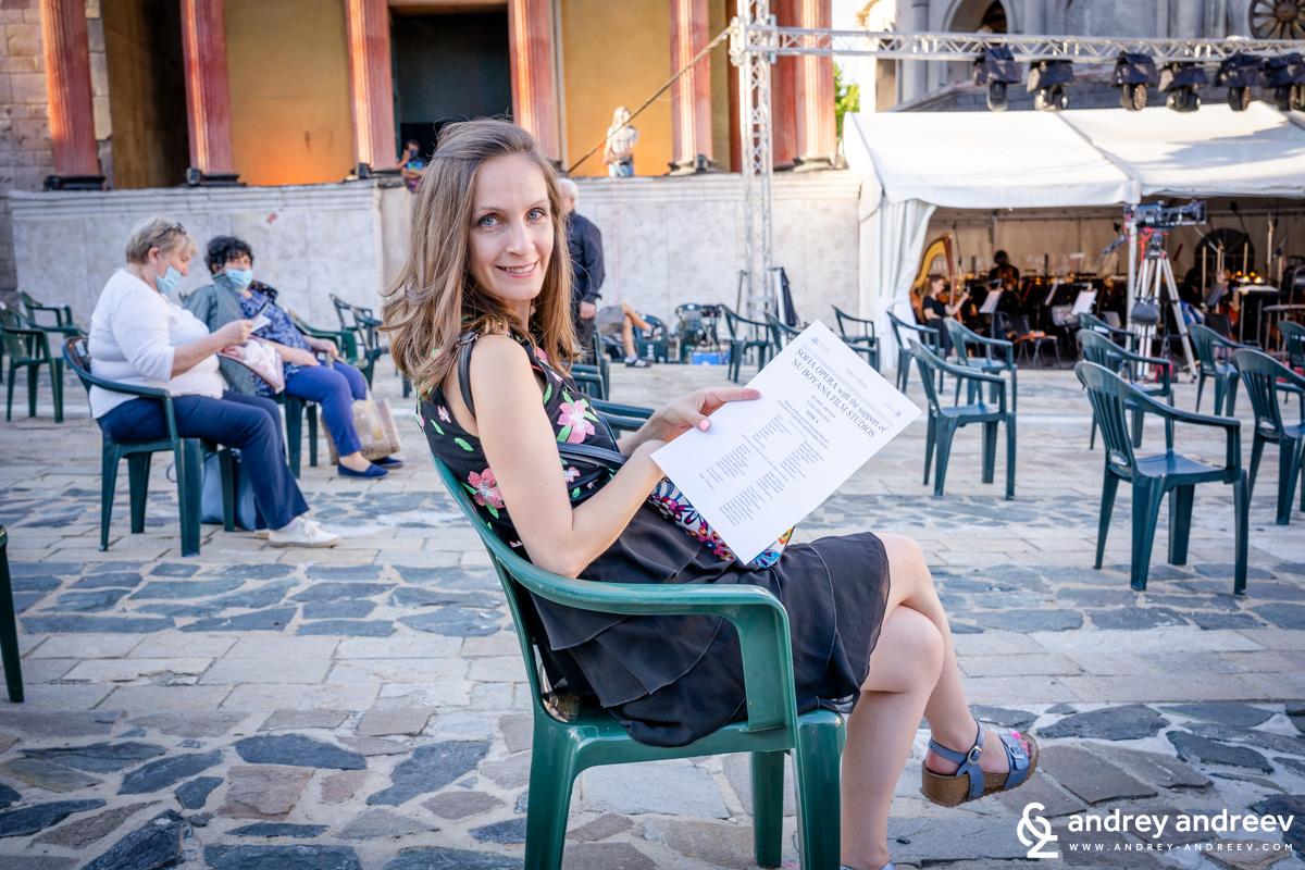 Мими чака операта да започне
