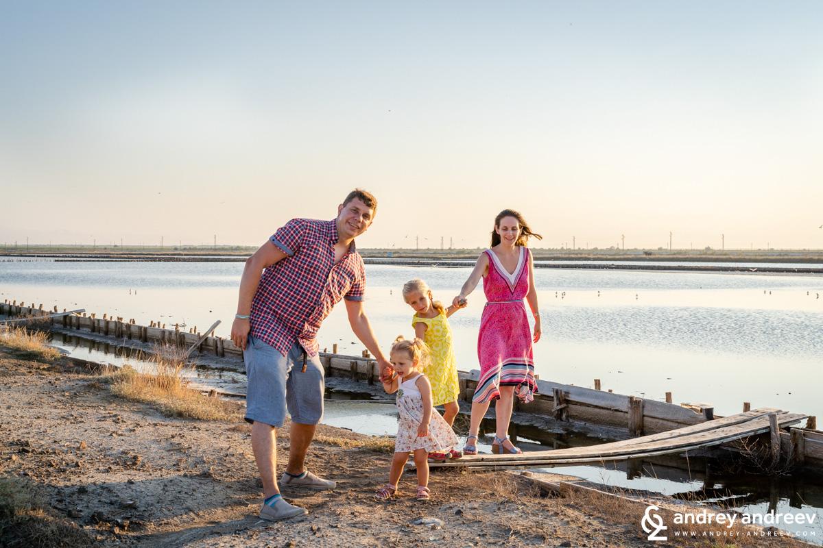 С деца край Поморийското езеро