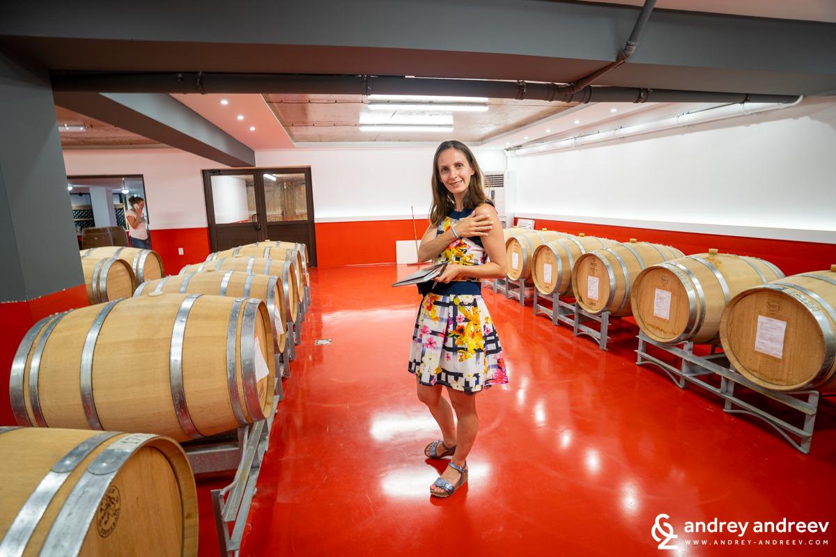 Най-любимата ни част от обиколката на всяко местенце, където се прави вино - избата  с бъчвите