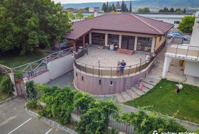 Мими и Андрей на терасата на винарна Страцин