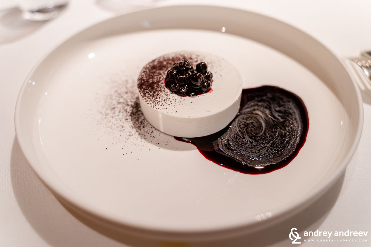 the Vosgian's blueberry meringue hull with raw cream foam - La Table d'Olivier Nasti, Michelin restaurant in Alsace