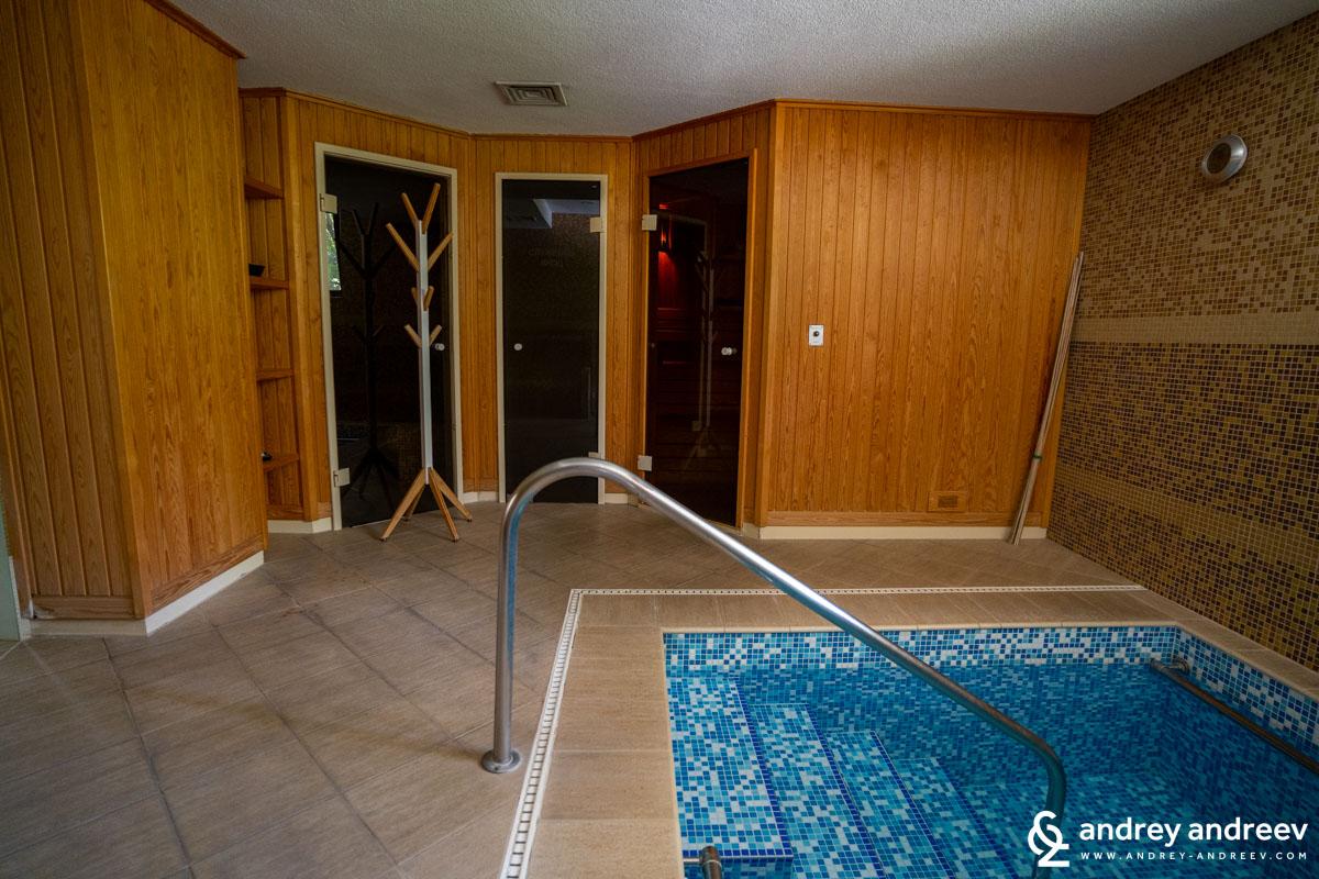 Вътрешният СПА център, в който има сауна, парна баня и малко топило с гореща минерална вода