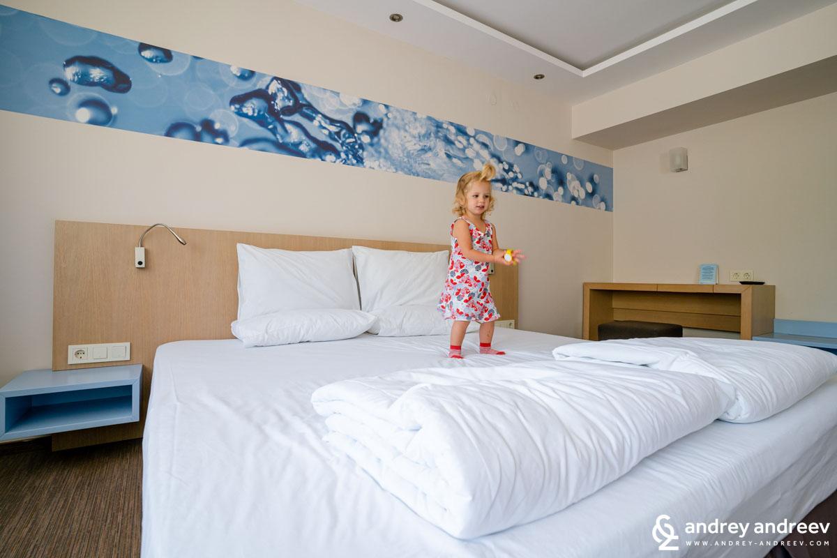 Ади се забавлява с леглото в спалнята