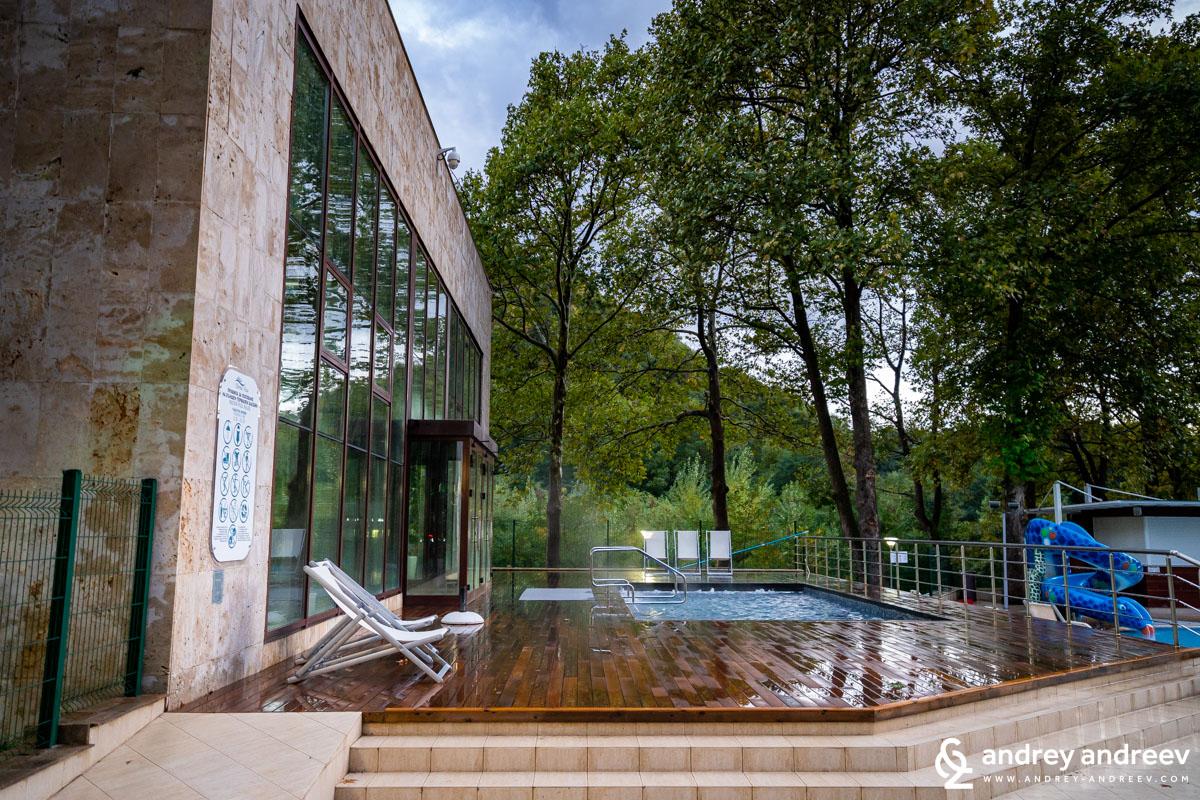 Горещият басейн в дъжда