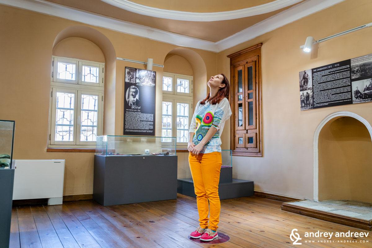 Мими в една от залите на историческия музей в Гоце Делчев, в която има много интересен звуков ефект