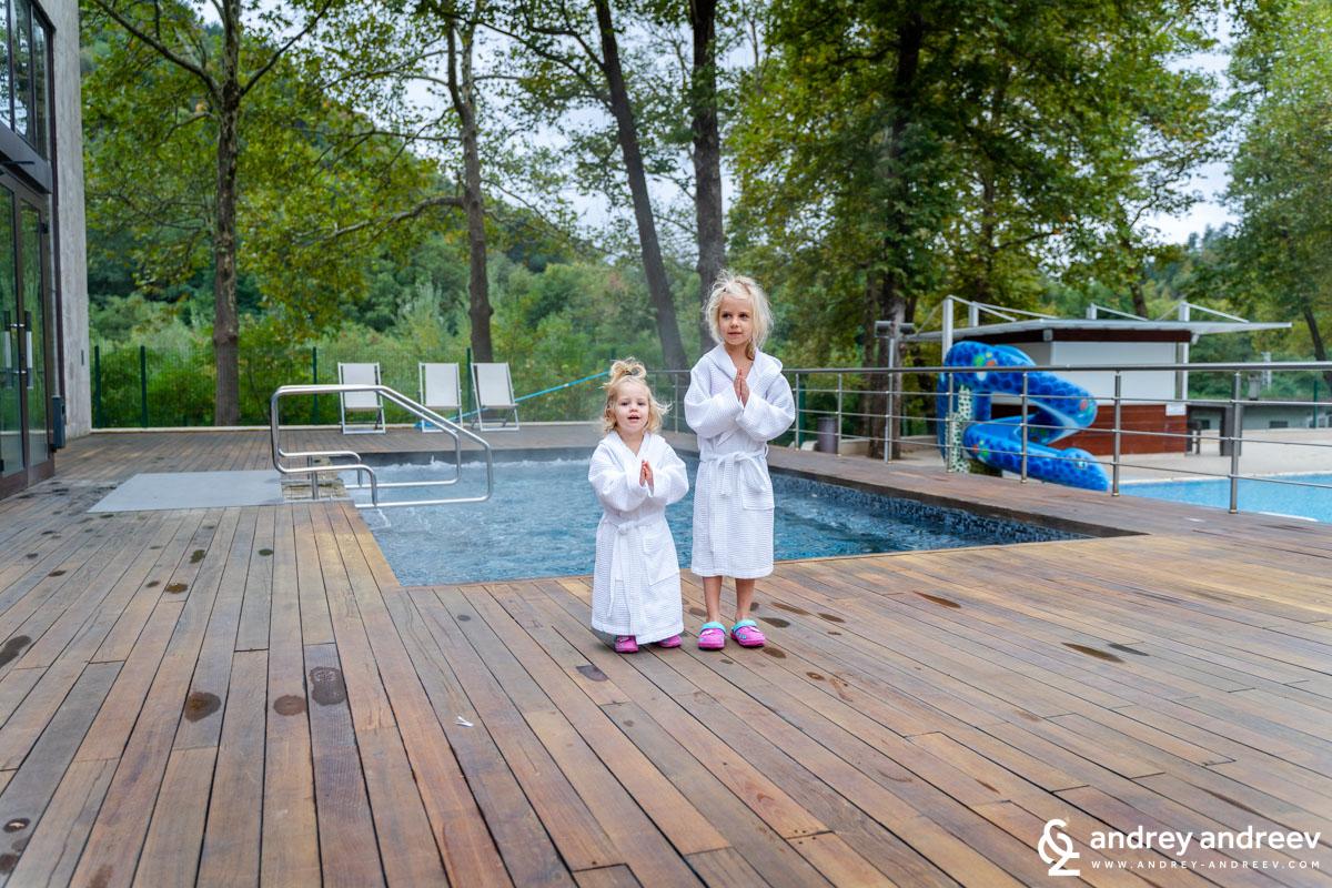 Външният басейн - топило с гореща вода директно от извора