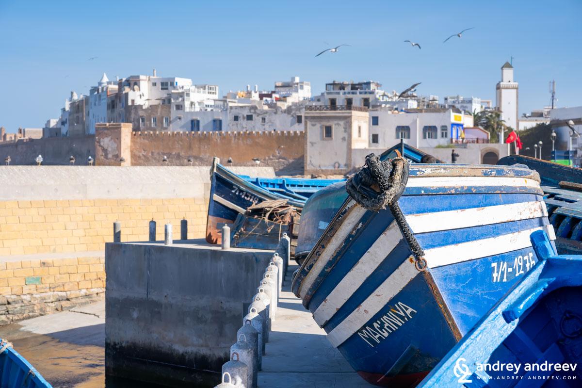 Белите крепостни стени на Есауира надвиснали над океана и красивите сини лодки, така типични за местните рибари.