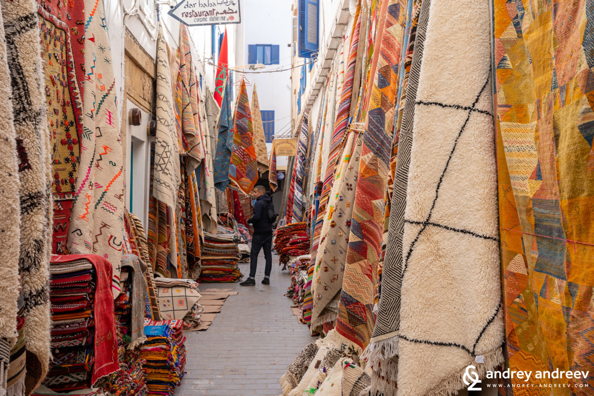 Килимите са също нещо, което може да си купите на пазара, произведени в Мароко