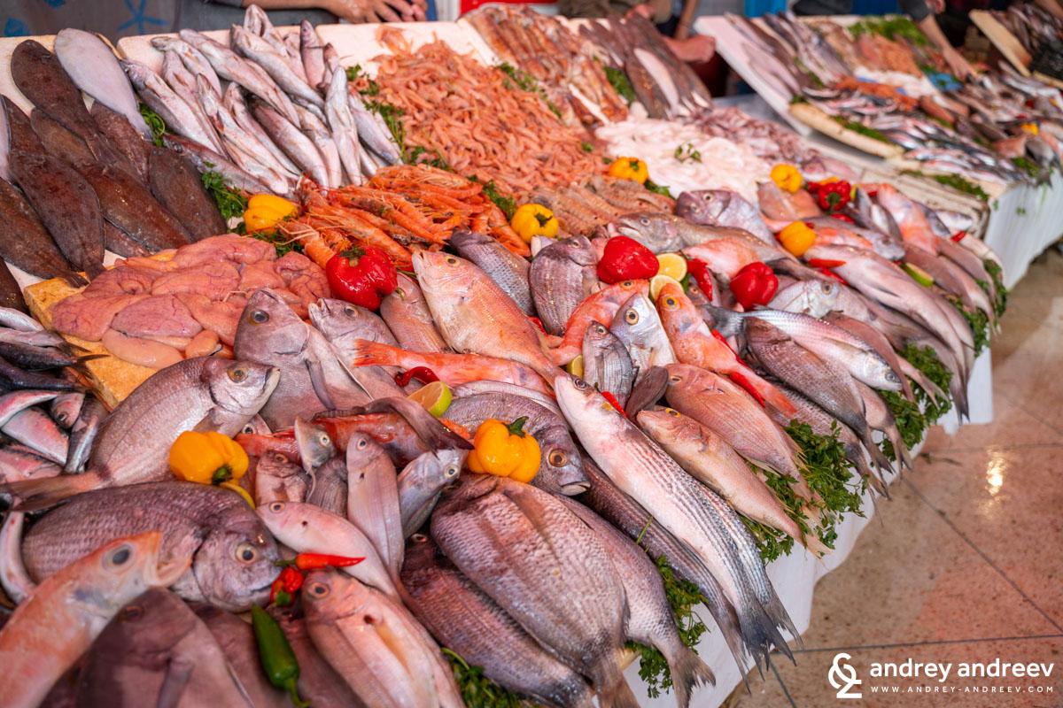 За човек, който живее далеч от морето, а обича морски риби изборът на прясна риба тук е зашеметяващ
