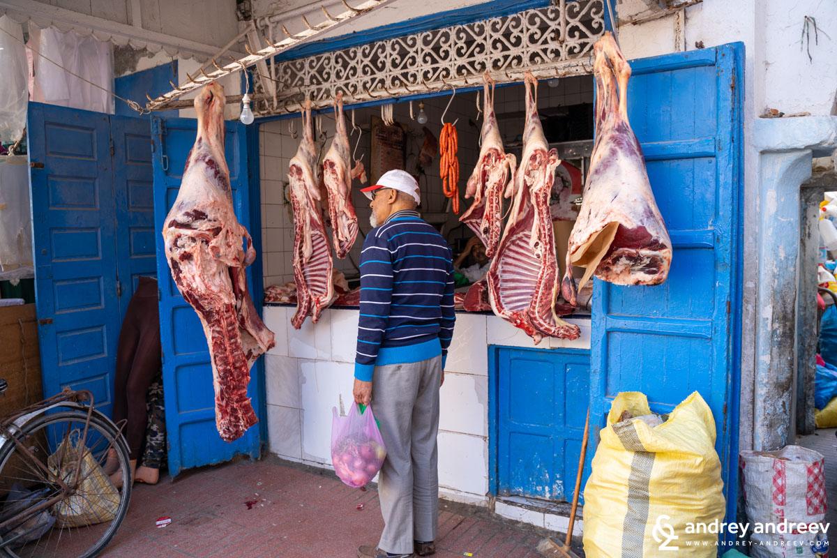 Няма как да не ви учудят хигиенните мерки спрямо храната, такива няма. Месото го разфасоват пред вас и окачат на куки на щанда, а навън е около 35°C.