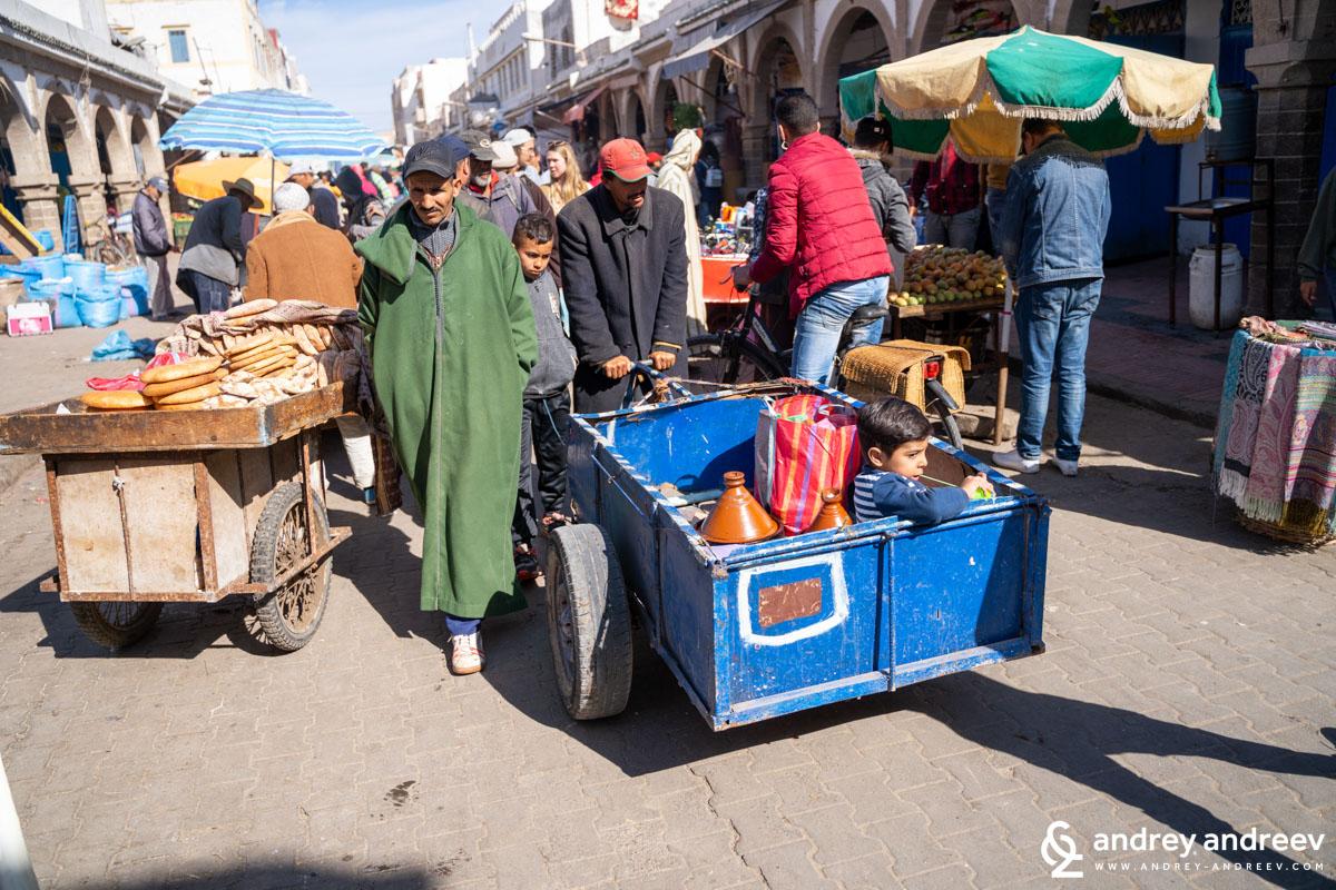 Романтичният вид на мароканския пазар в Есауира може да го видите само по филмите, тук си е пълно с народ и едвам се провираш между местни и туристи и всеки се опитва да ти продаде нещо