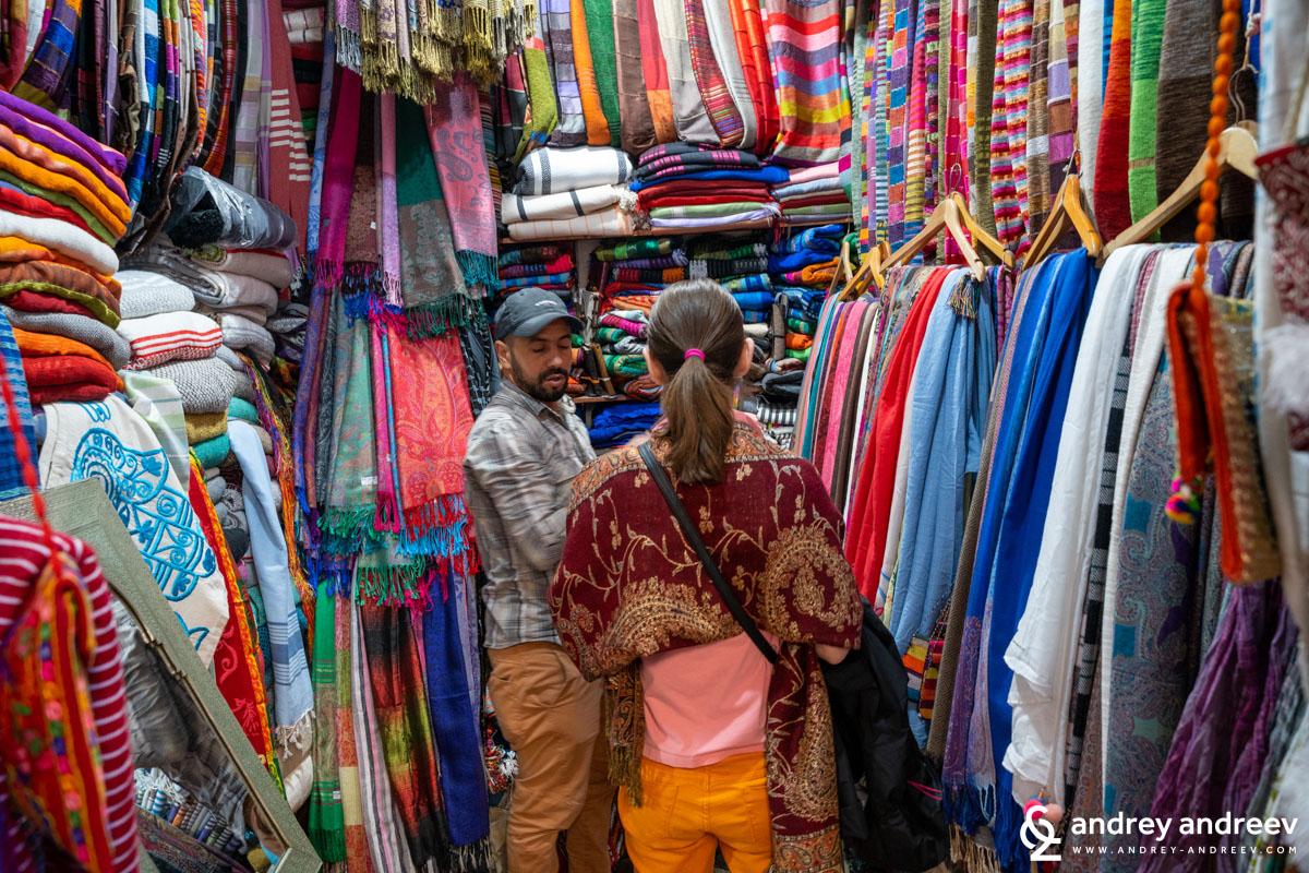 Мими се пазари за шал и и обясняват всички разлики и всеки следващ шал става учудващо по-скъп, докато накрая се объркаш и стигнете пак до първия шал, който вече е поскъпнал, вероятно заради повишеното търсене