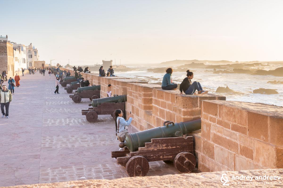 Качили се на стените на крепостта всички гледат захласнато как вълните се разбиват в скалите пред стената, а залезът е изключително красив.