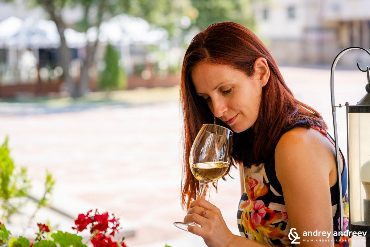 С Мими отворихме бутилка Гергааа  в един много приятен ресторант в Ловеч, във Вароша.
