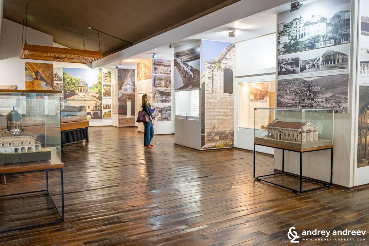 Мими разглежда музея с небивало любопитство
