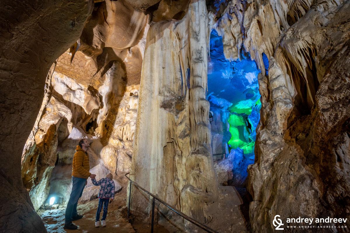 Сашо и Ани оглеждат огромния сталактон в пещера Бачо Киро