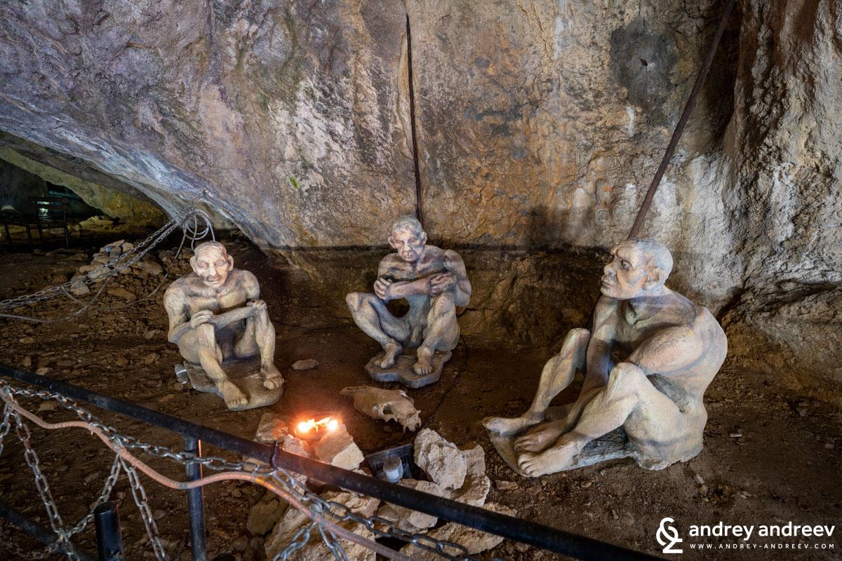 Макети на най-старите хомо сапиенс в Европа в пещера Бачо Киро