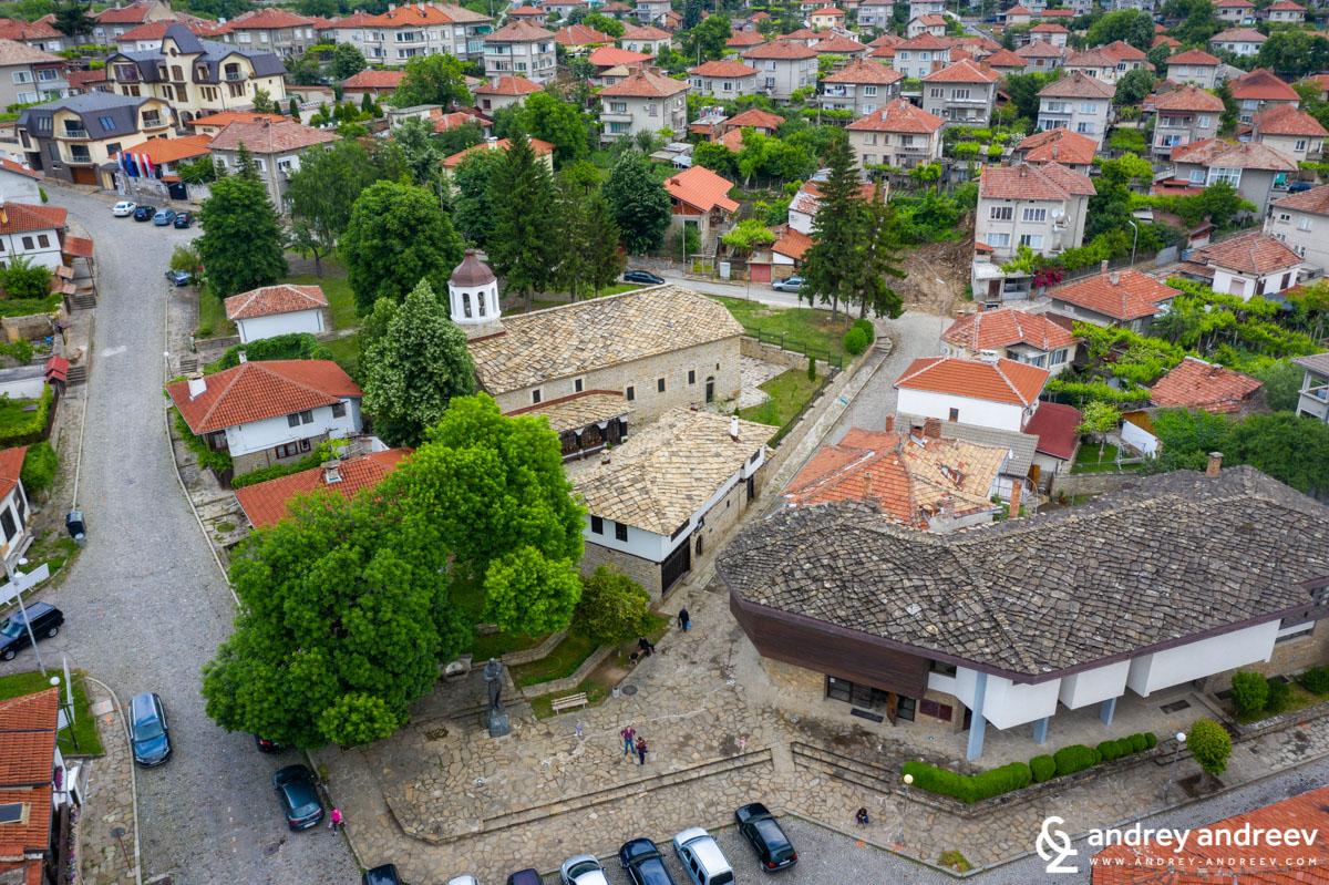 Площад Колю Фичето в Дряново, сградата на музея е в долния десен ъгъл