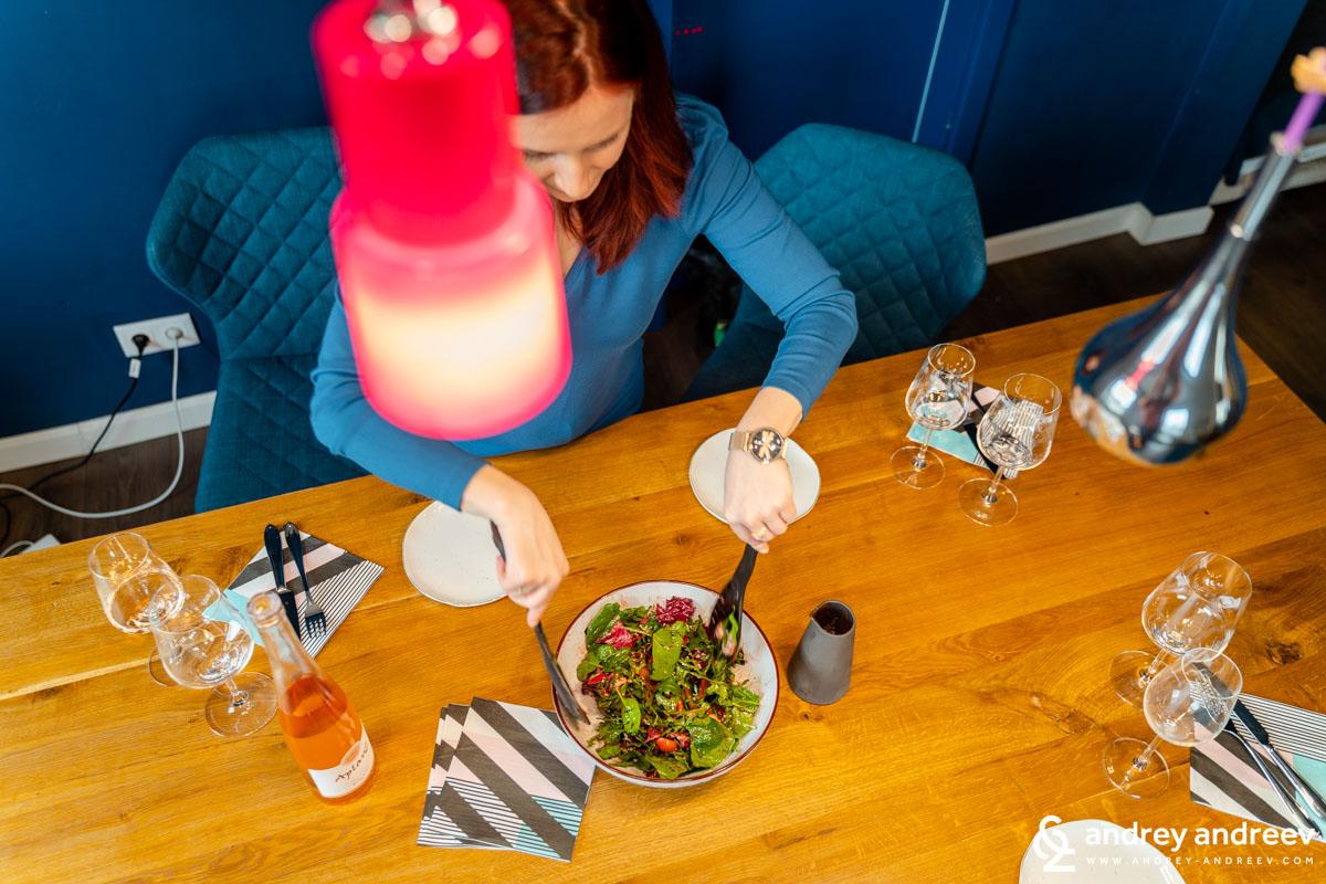Разбъркваме салатата с дресинга и започваме обяда